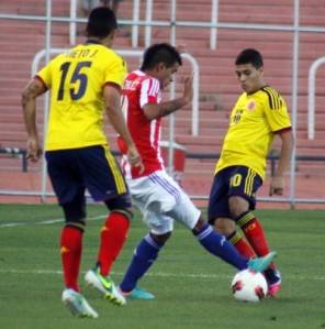 Derlis Gonzalez crowded out against Colombia - Photo: Prensa Selección Paraguaya de Fútbol