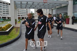 Guiñazu (Left) leads the players out of the hotel - Photo: D10.com.py courtesy of Prensa Libertad