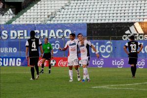 Melagerjo (r) celebrates his winner with Caceres Cañete - Photo: Club Nacional