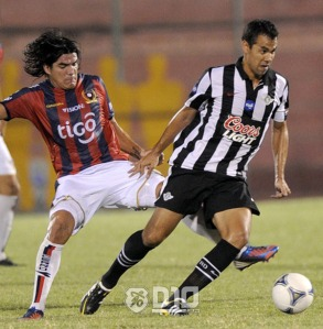 Oviedo and Velazquez battle it out in a previous meeting - Photo: D10.com.py