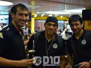 Olimpia players in the airport pre-flight to Chile - Photo: D10.com.py