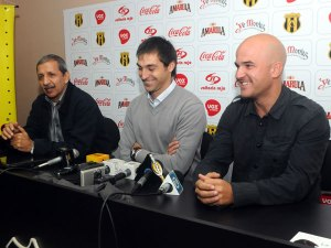 Jubero (right) is caretaker boss following sacking of Diego Alonso (centre) - Photo: D10.com.py