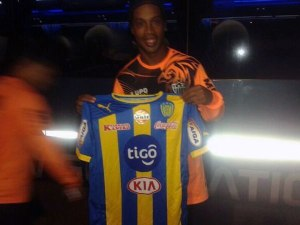 Ronaldinho in Luque, who'd have thought it! - Photo: Club Sportivo Luqueño